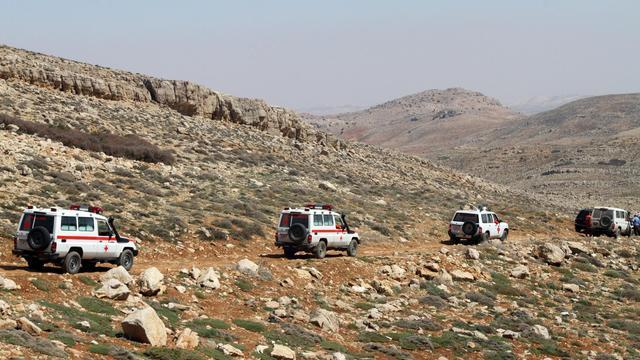 Des véhicules de la Croix-Rouge libanaise près de la frontière syrienne le 22 avril 2014 [ / AFP/Archives]