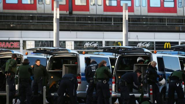 Des policiers se préparent à encadrer une manifestation du mouvement antimigrants Pegida, à Cologne, dans l'ouest de l'Allemagne, le 9 janvier 2016 [Oliver Berg / dpa/AFP]