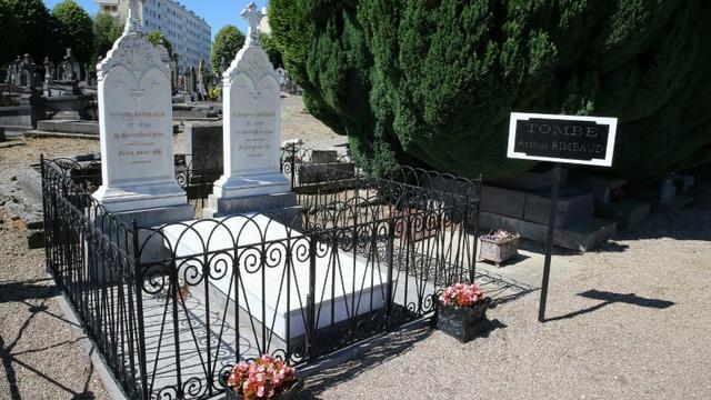 La tombe du poète Arthur Rimbaud au cimetière de l'Ouest, le 21 juin 2019 à Charleville-Mézières, dans les Ardennes [FRANCOIS NASCIMBENI / AFP]