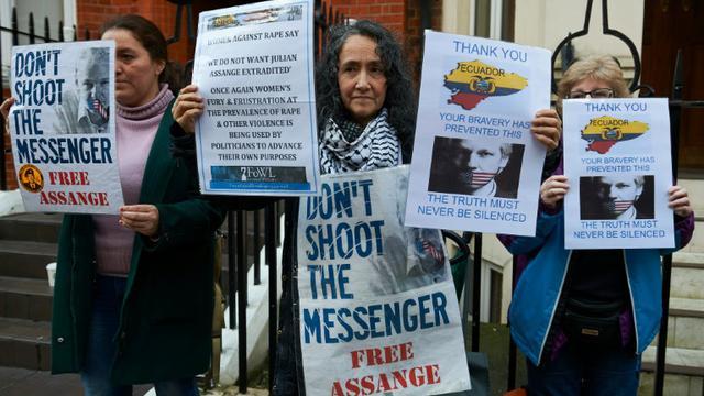 Des supporters du Julian Assange, fondateur de Wikileaks, manifestent devant l'ambassade d'Equateur, le 4 février 2016 à Londres [NIKLAS HALLE'N / AFP]