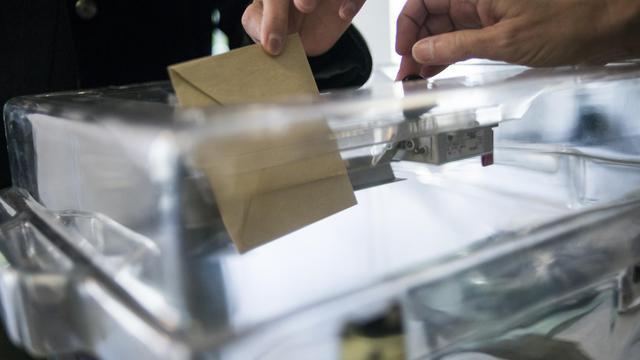 Le gouvernement travaille à fixer avant l'été 2015, afin d'éviter une censure du Conseil constitutionnel, la date des élections départementales et régionales [Fred Dufour / AFP/Archives]