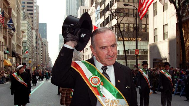 Albert Reynolds, ancien Premier ministre irlandais, salue la foule lors du traditionnel défilé de la Saint Patrick à New-York, le 17 mars 1998 [Jon Levy / AFP/Archives]