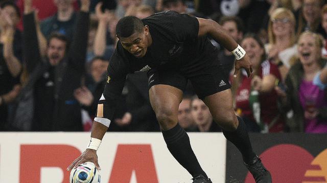 L'ailier miraculé Waisake Naholo  applatit pour le 1er essai des All Blacks face à la Géorgie, le 2 octobre 2015 au Millennium  [DAMIEN MEYER / AFP]