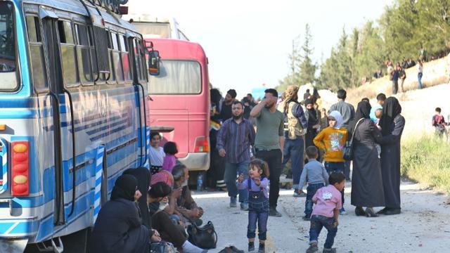 Des combattants rebelles et leurs familles évacués de Douma vers le nord-ouest syrien, le 13 avril 2018. Ces évacués restent sans illusion après les frappes occidentales en Syrie. [Nazeer al-Khatib / AFP]