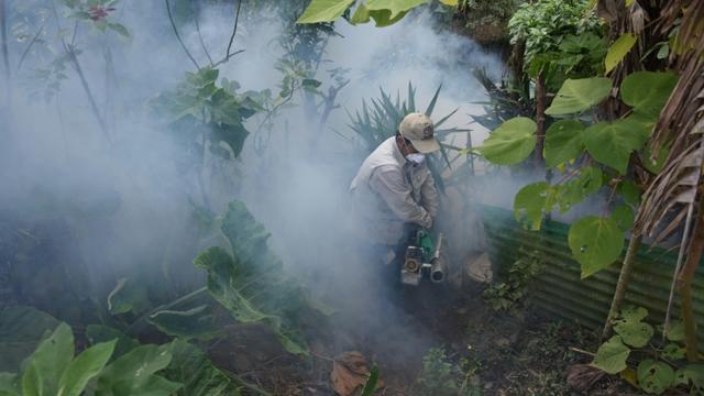 Un homme utilise des fumigènes pour éliminer des moustiques Aedes aegypti, vecteurs notamment du virus Zika, à Guatemala, le 5 février 2016 [JOHAN ORDONEZ / AFP]