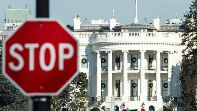 """Un panneau """"stop"""" près de la Maison Blanche, photographié durant le """"shutdown"""", la fermeture partielle des administrations américaines, à Washington le 27 décembre 2018 [Andrew CABALLERO-REYNOLDS / AFP]"""