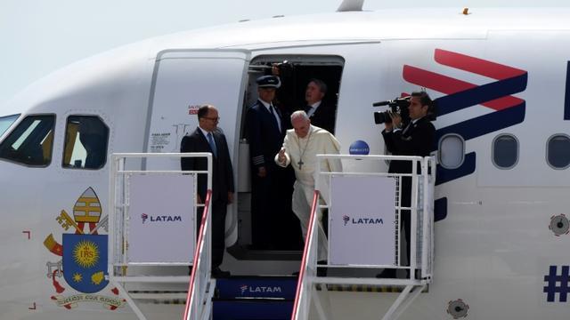 Le pape François descend de l'avion à l'aéroport de d'Iquique au Pérou, le 18 janvier 2018 [PABLO PORCIUNCULA / AFP]