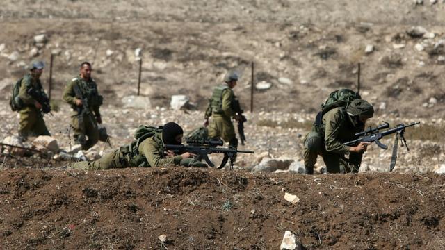 Des soldats israéliens prennent position à un poste de contrôle près de Naplouse (Cisjordanie), le 16 octobre 2015 [JAAFAR ASHTIYEH / AFP]