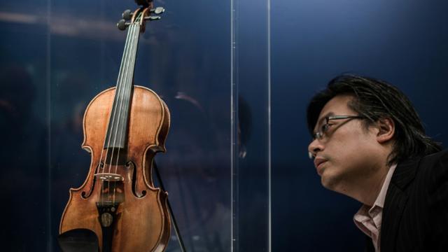 Un violon Stradivarius présenté chez Christie's à Hong Kong, le 24 mai 2014 [PHILIPPE LOPEZ / AFP]