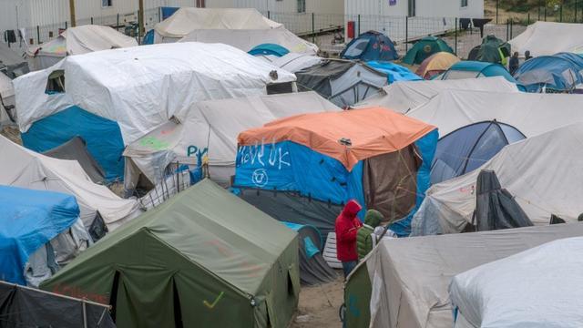 """Le journaliste et l'interprète réalisaient un reportage pour une TV française sur les mineurs isolés dans la """"Jungle"""" lorsqu'ils ont été pris à partie par trois Afghans  [PHILIPPE HUGUEN / AFP/Archives]"""