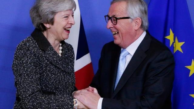 Theresa May et le président de la Commission européenne, Jean-Claude Juncker, à Bruxelles le 11 décembre 2018, avant une réunion pour renégocier les termes du Brexit [Aris Oikonomou / AFP/Archives]