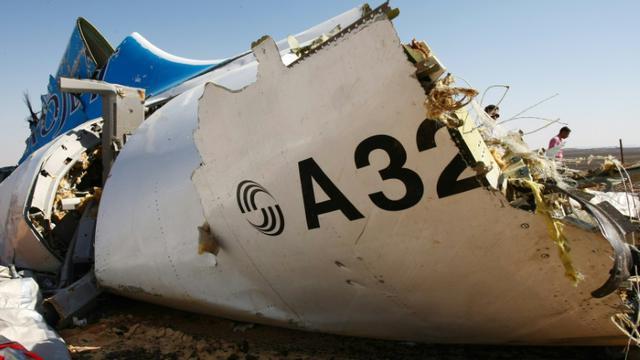 Un morceau de la carlingue de l'airbus de la compagnie russe, le 1er novembre 2015 après qu'il s'est écrasé dans le dans le désert du Sinaï [MAXIM GRIGORYEV / RUSSIA'S EMERGENCY MINISTRY/AFP]