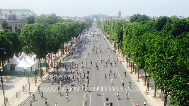 Les Champs-Elysées ont été fermés à la circulation automobile pour laisser la place aux vélos.