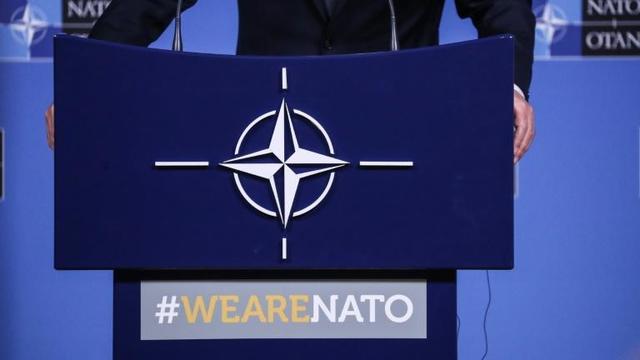 Le logo de l'OTAN sur le pupitre du secrétaire général Jens Stoltenberg, lors d'une conférence de presse le 23 octobre 2019 à Bruxelles [Aris OIKONOMOU / AFP]