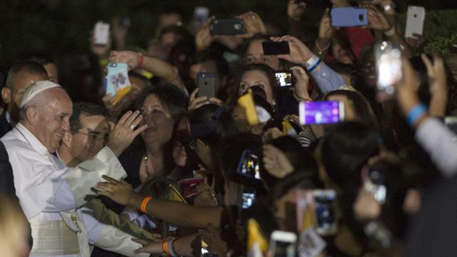 Le pape François salue la foule à Washington le 23 septembre 2015 [MOLLY RILEY / AFP]
