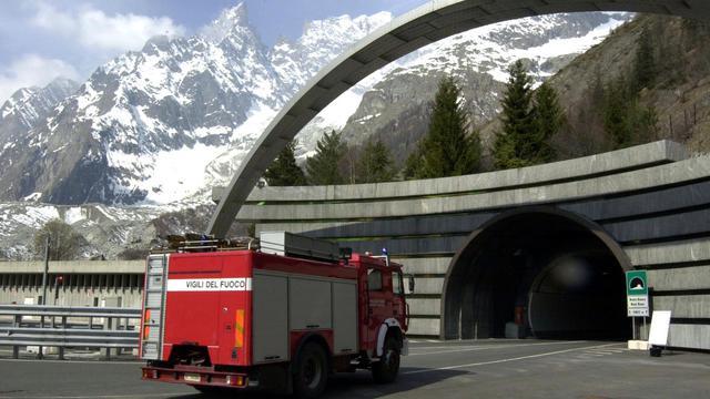 Un camion de pompiers italiens pénètre dans le tunnel du Mont-Blanc, le 31 mars 2003 du côté italien du tunnel [Jean-Pierre Clatot / AFP/Archives]