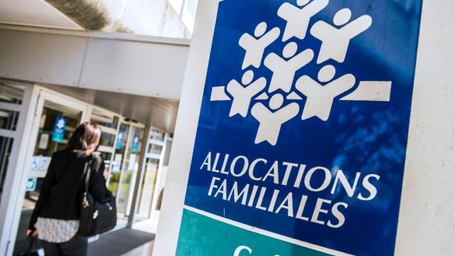 Une femme entre dans les locaux de la Caisse d'Allocations Familiales, le 15 avril 2015 à Calais [Philippe Huguen / AFP/Archives]