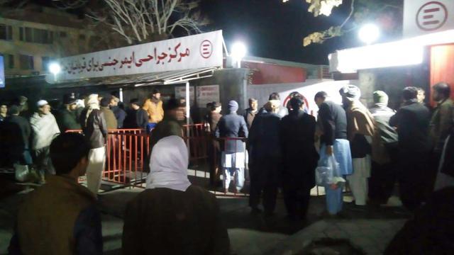 Des proches des victimes devant l'hôpital de l'ONG italienne Emergency à Kaboul après l'attentat-suicide qui a fait au moins 40 morts, le 20 novembre 2018 [- / AFP]