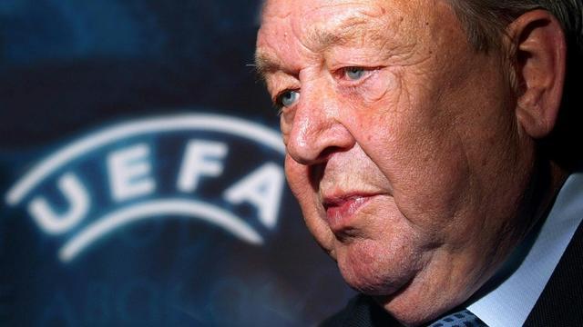 Le Suédois Lennart Johansson, alors président de l'UEFA, en conférence de presse, le 9 novembre 2004 à Vienne  [Johannes Kernmayer / AFP/Archives]