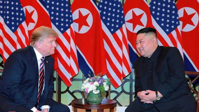 Le président américain Donald Trump et le dirigeant nord-coréen Kim Jong Un sur une photo de l'agence de presse officielle nord-coréenne KCNA à Hanoï le 27 février 2019 [KCNA VIA KNS / KCNA VIA KNS/AFP]
