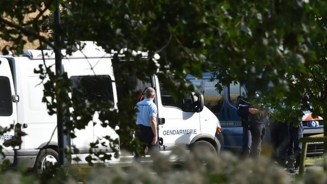 Des policiers enquêtent dans un camp de gens du voyage où une fusillade a fait 4 morts, le 26 août 2015 à Roye [PHILIPPE HUGUEN / AFP]