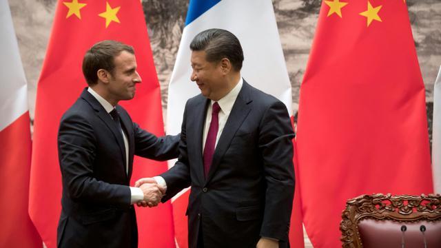 Emmanuel Macron et le président chinois Xi Jinping le 9 janvier 2018 à Pékin [Mark Schiefelbein / POOL/AFP]