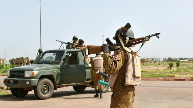 Des soldats en patrouille près de la caserne où sont retranchés les ex-putschistes, le 29 septembre 2015 à Ougadougou, au Burkina Faso [SIA KAMBOU / AFP]