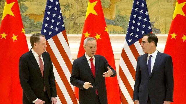 Le représentant américain pour le commerce Robert Lighthizer (G), le vice-Premier ministre chinois Liu He et le secrétaire au Trésor américain Steven Mnuchin, avant le début des négociations commerciales, à Pékin, le 14 février 2019 [Mark Schiefelbein / POOL/AFP]