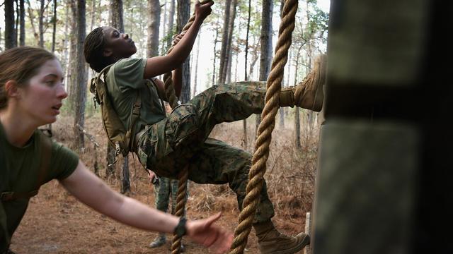 Des soldates du corps des Marines sur un parcours d'endurance dans un camp de Caroline du Nord en 2013 [Scott Olson / Getty/AFP/Archives]