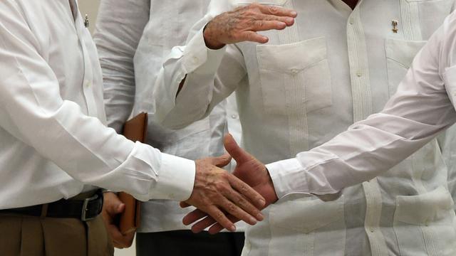 Gros plan sur la poignée de mains entre le président colombien Juan Manuel Santos et le chef des FARC Timoleon Jimenez, alias Timochenko, le 23 septembre 2015 à La Havane  [LUIS ACOSTA / AFP]
