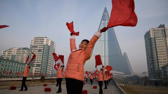 Des Nord-Coréennes effectuent des chorégraphies chaque matin dans le but d'inciter les passants à faire davantage d'efforts au travail, ici le 9 mars 2019 à Pyongyang [Ed JONES / AFP]