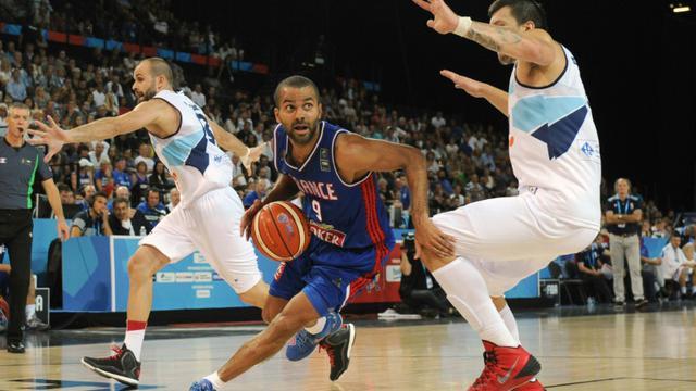 Tony Parker (c) avec l'équipe de France contre la Bosnie-Herzégovine à l'Euro de basket le 6 septembre 2015 à Montpellier  [Sylvain Thomas / AFP]