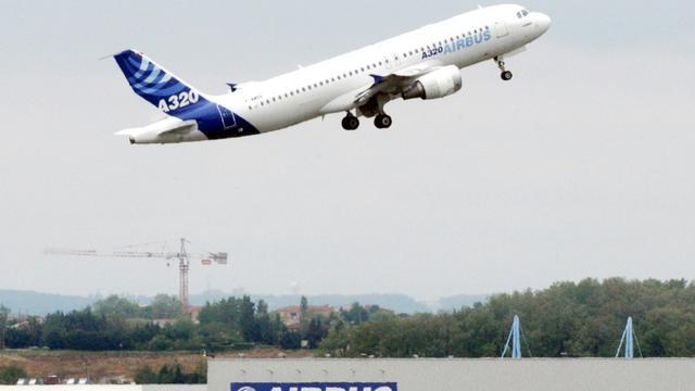 """Aéronautique: Airbus annonce l'augmentation de la cadence de production de l'A320, face à la """"hausse ininterrompue de la demande"""" [Pascal Pavani / ARCHIVES/AFP/Archives]"""