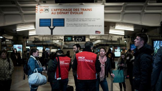 Des passagers s'informent auprès d'employés de la SNCF en gare de Lyon Part-Dieu au début de la grève dans l'entreprise, le 2 avril 2018 [JEFF PACHOUD / AFP]