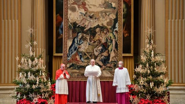 Le pape François (c) lors de son traditionnel message de Noël, le 25 décembre 2020 au Vatican [Handout / VATICAN MEDIA/AFP]