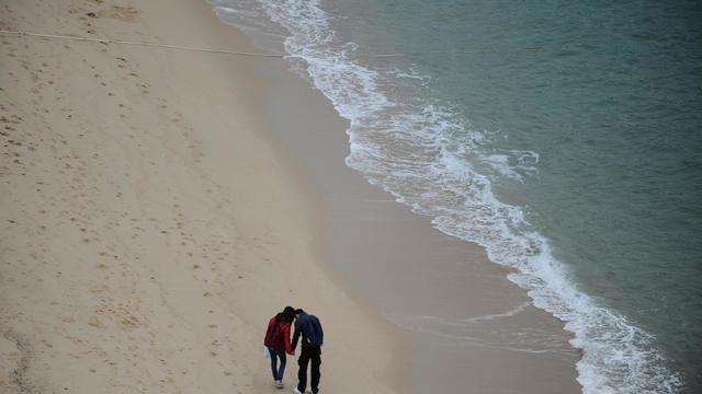 Un couple sur une plage [Diptendu Dutta / AFP/Archives]