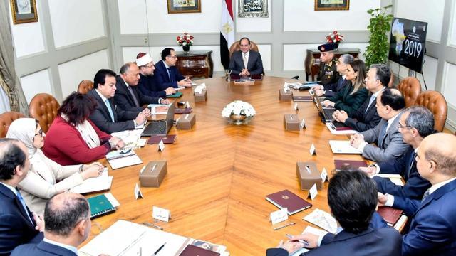 Photo diffusée par la présidence égyptienne le 2 février 2019 montrant le président Abdel Fattah al-Sissi (C) lors d'une réunion avec des membres de son gouvernement [- / EGYPTIAN PRESIDENCY/AFP]