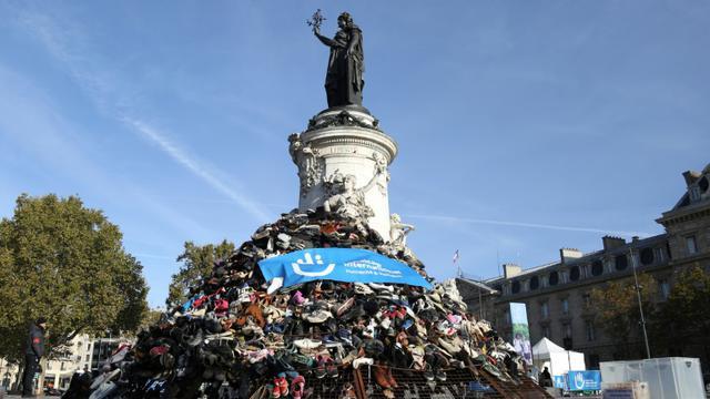 La pyramide de chaussures organisée par Handicap international place de la République à Paris, le 29 septembre 2018 [Zakaria ABDELKAFI / AFP]