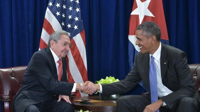 Le président cubain Raul Castro (g) et son homologue américain Barack Obama, à New York le 29 septembre 2015 [MANDEL NGAN / AFP/Archives]