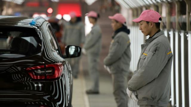 Des ouvriers chinois, le 1er février 2016 lors de l'inauguration de la 1ère usine Renault en Chine [JOHANNES EISELE / AFP]