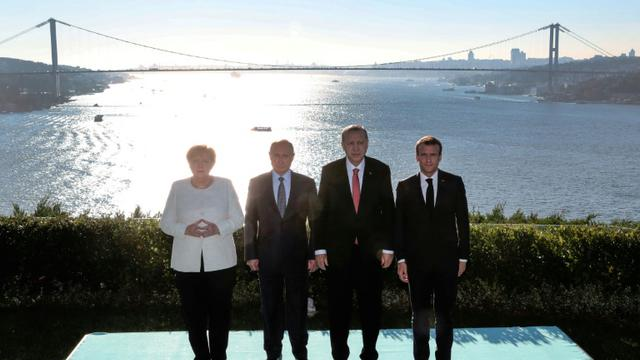(A partir de la gauche) la chancelière allemande Angela Merkel, le président russe Vladimir Poutine, le président turc Recep Tayyip Erdogan et le président français Emmanuel Macron le 27 octobre 2018 à Istanbul [Kayhan OZER / POOL/AFP]