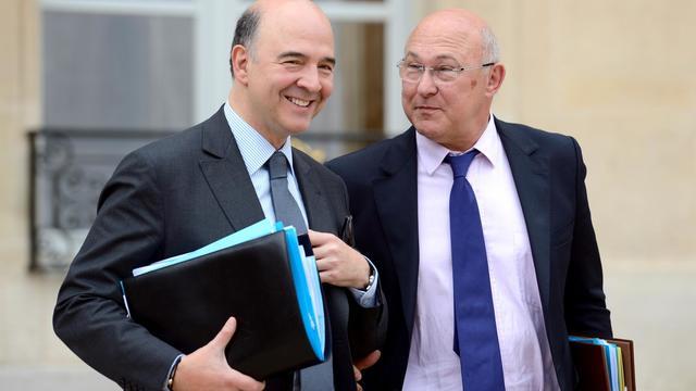 Le ministre de l'Economie, Pierre Moscovici (gauche), quitte l'Elysée, le 12 juin 2013 à Paris [Eric Feferberg / AFP/Archives]