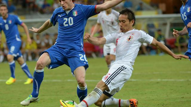 Les défenseurs italien Ignazio Abate (gauche) et Yuto Nagatomo, lors du match Italie-Japon [Yasuyoshi Chiba / AFP]