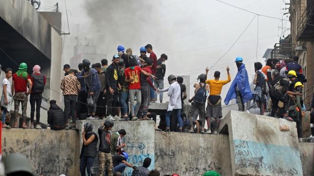 Des manifestants irakiens lors de heurts avec les forces de sécurité, le 28 novembre 2019 à Bagdad [AHMAD AL-RUBAYE / AFP/Archives]