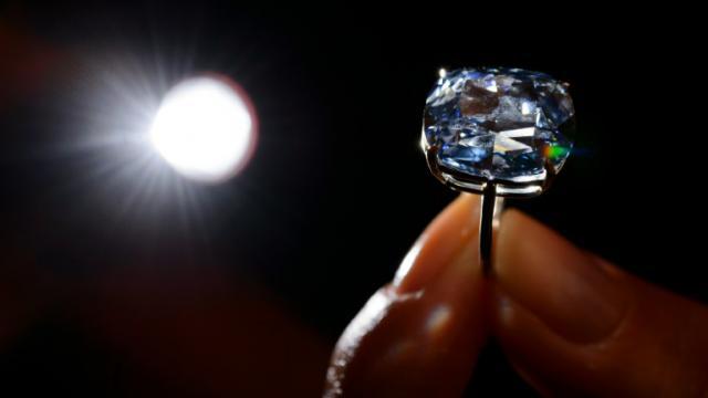"""Le """"Blue Moon diamond"""" vendu par Sotheby's à Genève, pour 40 millions d'euros [FABRICE COFFRINI / AFP/Archives]"""