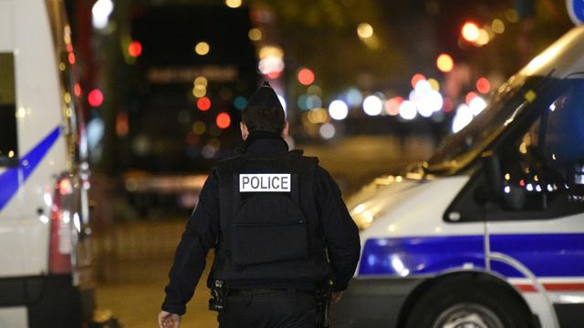 La police patrouille le 14 novembre 2015 près du Bataclan à Paris [FRANCK FIFE / AFP]
