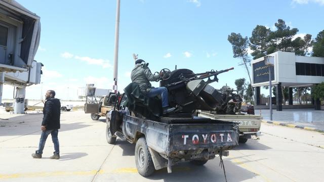 Des forces loyales au Gouvernement libyen d'union nationale (GNA) et engagées dans la bataille contre les forces du maréchal Haftar, sur le terrain de l'ancien aéroport international de Tripoli le 8 avril 2019  [Mahmud TURKIA / AFP]