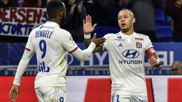 Les attaquants de Lyon Moussa Dembélé (g) et Memphis Depay buteurs contre Metz le 26 octobre 2019 à Décines-Charpieu  [PHILIPPE DESMAZES / AFP]