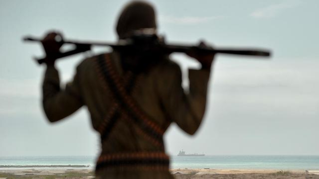 Mohamed Garfanji, considéré comme l'un des plus puissants pirates somaliens, sur une dune à Hobyo en Somalie, le 20 août 2010 [Roberto Schmidt / AFP/Archives]