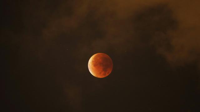 Une super Lune durant une éclipse le 28 septembre 2015, observée depuis Nice [VALERY HACHE / AFP]